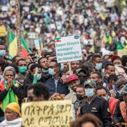 Los participantes sostienen pancartas y gritan eslóganes durante una manifestación contra el Frente de Liberación Popular de Tigray en Addis Abeba.   Foto:Amanuel Sileshi / AFP