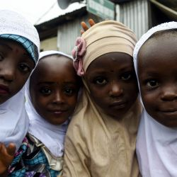 Jovencitas musulmanas posan para las fotos en la mezquita para celebrar el Eid-el-Kabir en la mezquita de Ibafo en el estado de Ogun, suroeste de Nigeria.   Foto:Pius Utomi Ekpei / AFP