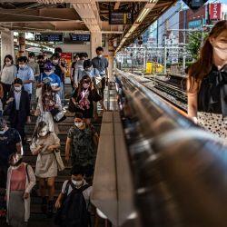 La gente camina en la estación de Shinjuku de Tokio.   Foto:Philip Fong / AFP