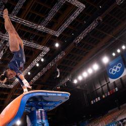 La gimnasta francesa Melanie de Jesus Dos Santos practica el salto durante una sesión de entrenamiento en el Centro de Gimnasia Ariake de Tokio.   Foto:Loic Venance / AFP