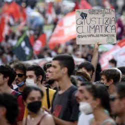 Manifestantes, entre los que se encuentran miembros de Extinction Rebellion y Fridays for Future, realizan una protesta exigiendo más acciones mientras los ministros de clima y medio ambiente del G20 celebran una reunión en Nápoles.   Foto:Filippo Monteforte / AFP