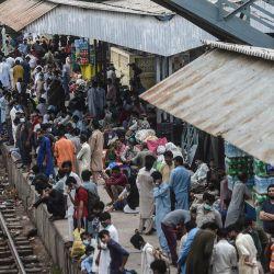 Los devotos musulmanes esperan un tren antes de partir hacia sus ciudades de origen en una estación de tren antes de la fiesta musulmana de Eid al-Adha en Karaci.   Foto:Asif Hassan / AFP