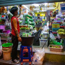 Los empleados se preparan para cerrar una tienda de comestibles en Bangkok, antes de la restricción del toque de queda nocturno aplicada para reducir la propagación del coronavirus Covid-19.   Foto:Candida NG / AFP