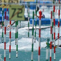 Un atleta de canoa participa en una sesión de entrenamiento de eslalon de canoa en el centro de eslalon de canoa de Kasai, en la bahía de Tokio, antes de los Juegos Olímpicos de Tokio 2020.   Foto:Luis Acosta / AFP