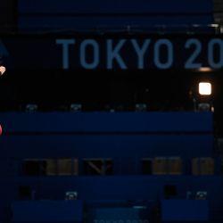Un atleta salta desde la plataforma de 10 metros durante una sesión de práctica de buceo en la piscina del Centro Acuático de Tokio, antes de los Juegos Olímpicos de Tokio 2020 en Tokio.   Foto:Jonathan Nackstrand / AFP