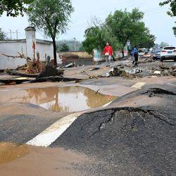 Una carretera resulta dañada tras las graves inundaciones y los corrimientos de tierra que en los últimos días han afectado a la ciudad de Gongyi, cerca de Zhengzhou, en la provincia central china de Henan.   Foto:Jade Gao / AFP