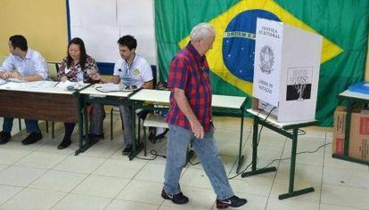 brasileños votando.