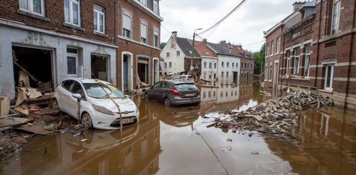Coches dañados, escombros y ladrillos esparcidos por la calle, tras las fuertes lluvias que han causado graves inundaciones en la zona, en Pepinster.