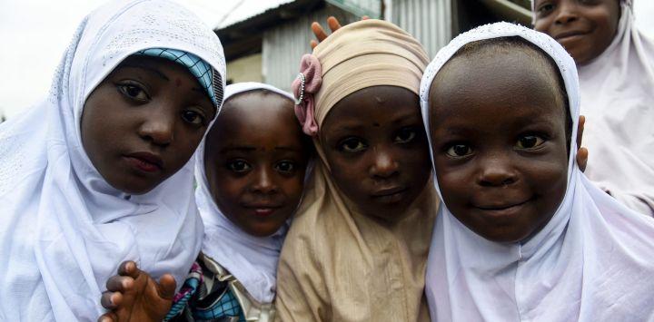 Jovencitas musulmanas posan para las fotos en la mezquita para celebrar el Eid-el-Kabir en la mezquita de Ibafo en el estado de Ogun, suroeste de Nigeria.