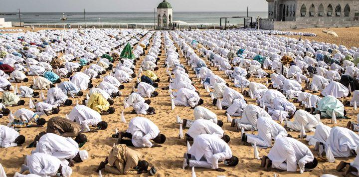 Seguidores de la comunidad senegalesa Layene realizan una oración durante las celebraciones del Eid al-Adha en el popular barrio de Yoff en Dakar.