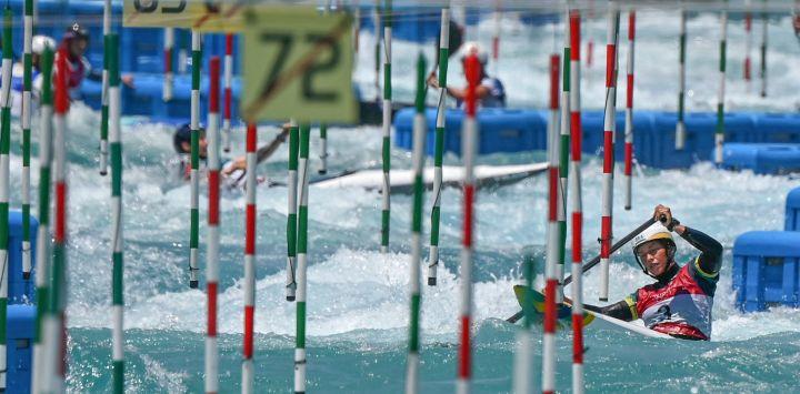 Un atleta de canoa participa en una sesión de entrenamiento de eslalon de canoa en el centro de eslalon de canoa de Kasai, en la bahía de Tokio, antes de los Juegos Olímpicos de Tokio 2020.