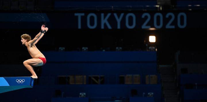Un atleta salta desde la plataforma de 10 metros durante una sesión de práctica de buceo en la piscina del Centro Acuático de Tokio, antes de los Juegos Olímpicos de Tokio 2020 en Tokio.