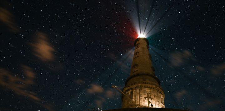 Una fotografía muestra el faro de Cordouan por la noche frente a la costa de Le Verdon-sur-Mer, suroeste de Francia.