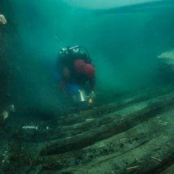 El barco mide 82 pies de largo y fue construido en el estilo griego clásico
