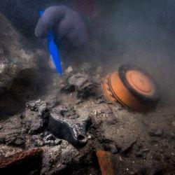 Los buzos descubrieron la embarcación militar debajo de 16 pies de arcilla endurecida y restos de templos