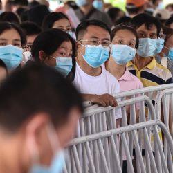Los residentes hacen cola para recibir pruebas de ácido nucleico para el coronavirus Covid-19 en Nanjing, en la provincia oriental de Jiangsu.   Foto:STR / AFP