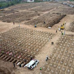 Esta imagen aérea muestra las tumbas que se preparan para las víctimas del coronavirus Covid-19 en el cementerio de Rorotan, en Yakarta.   Foto:Bay Ismoyo / AFP