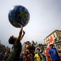Manifestantes, entre los que se encuentran miembros de Extinction Rebellion y Fridays for Future, organizan una protesta para exigir más medidas mientras los ministros de clima y medio ambiente del G20 celebran una reunión en Nápoles.   Foto:Filippo Monteforte / AFP