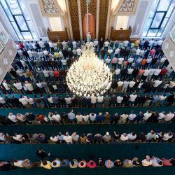 Creyentes musulmanes rezan en una mezquita cerca de Pristina, durante la fiesta del sacrificio Eid al-Adha.   Foto:Armend Nimani / AFP