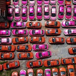 Esta foto aérea muestra decenas de taxis abandonados en un aparcamiento, después de que los conductores no pudieran pagar el alquiler de los mismos debido a las dificultades económicas del Covid-19 y a más de un año de ausencia de turismo extranjero, en Bangkok.   Foto:Lillian Suwanrumpha / AFP