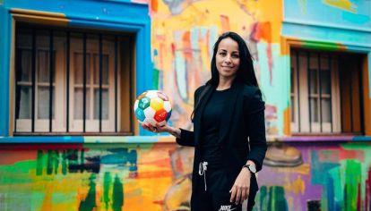 Evelina Cabrera es la primera mujer en integrar un cuerpo técnico de fútbol masculino en la región.