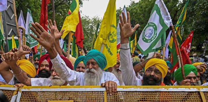 Los agricultores protestan en una manifestación contra las recientes reformas agrícolas del gobierno central en Nueva Delhi.