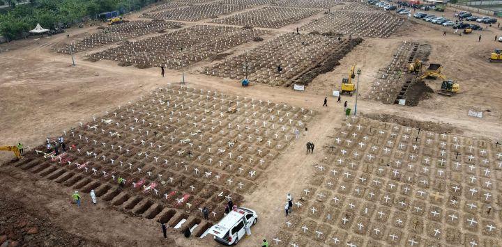 Esta imagen aérea muestra las tumbas que se preparan para las víctimas del coronavirus Covid-19 en el cementerio de Rorotan, en Yakarta.