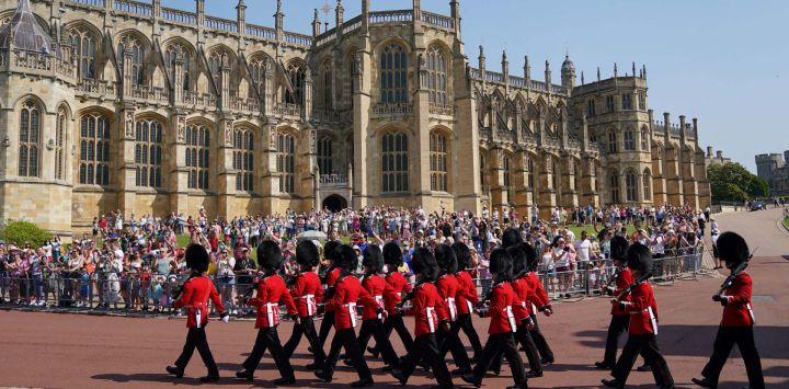 Miembros de la nueva guardia del 1er Batallón de Guardias de Granaderos llegan antes del Cambio de Guardia en el Castillo de Windsor en Berkshire, al sureste de Inglaterra, que tiene lugar por primera vez desde el inicio de la pandemia de Covid-19.