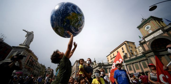Manifestantes, entre los que se encuentran miembros de Extinction Rebellion y Fridays for Future, organizan una protesta para exigir más medidas mientras los ministros de clima y medio ambiente del G20 celebran una reunión en Nápoles.