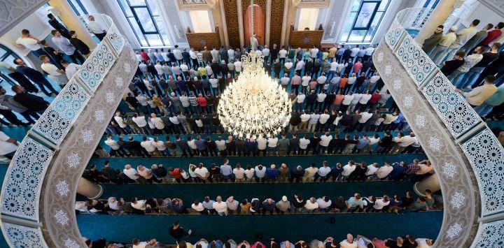 Creyentes musulmanes rezan en una mezquita cerca de Pristina, durante la fiesta del sacrificio Eid al-Adha.