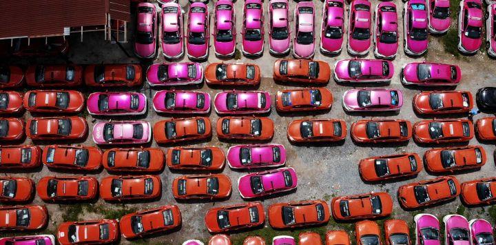 Esta foto aérea muestra decenas de taxis abandonados en un aparcamiento, después de que los conductores no pudieran pagar el alquiler de los mismos debido a las dificultades económicas del Covid-19 y a más de un año de ausencia de turismo extranjero, en Bangkok.