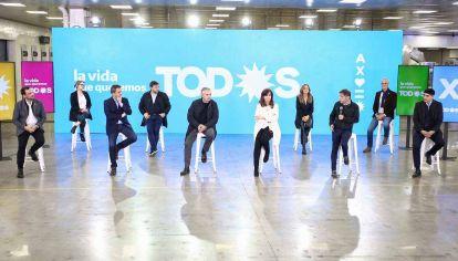 Compañeros. Alberto Fernández, Cristina Kirchner, Sergio Massa y Axel Kicillof presentaron los dos primeros postulantes de la Provincia y la Ciudad. Todos se subirán a una pelea electoral sin mostrar las diferencias internas que aparecieron en la gestión.
