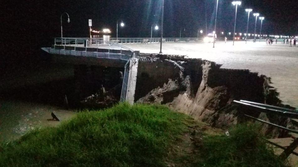 El tramo de pasarela en la costanera rosarina, desplomado. Afortunadamente no hubo heridos.