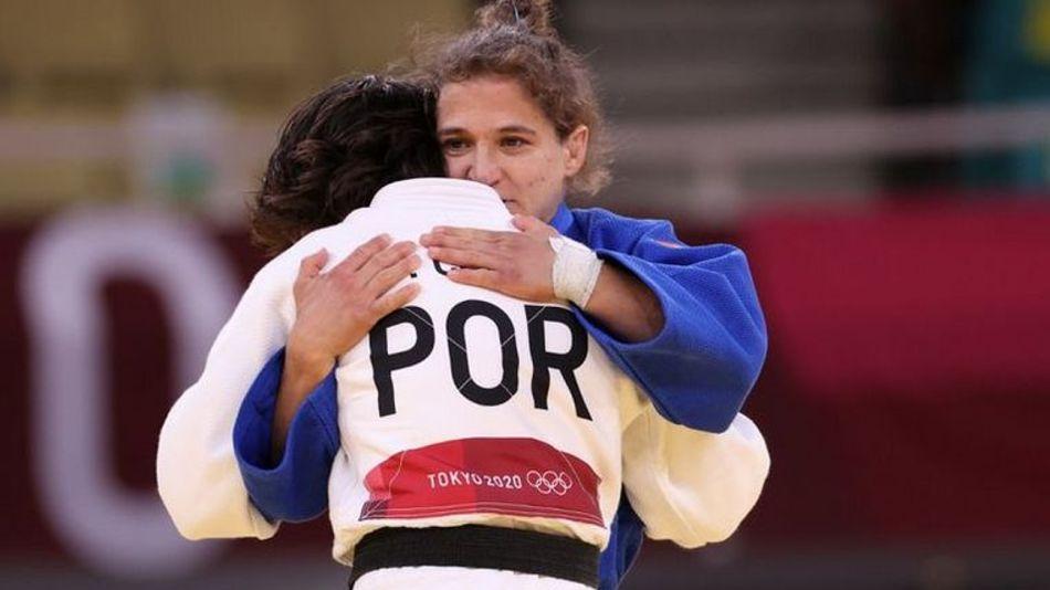 Paula Pareto saluda a su vencedora, la portuguesa Catarina Costa, en Tokyo 2020.