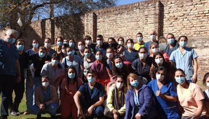 HAY EQUIPO. Iglesias, de campera azul en la primera fila, junto a parte del equipo de Kinesiólogos y Fisioterapeutas del Rawson