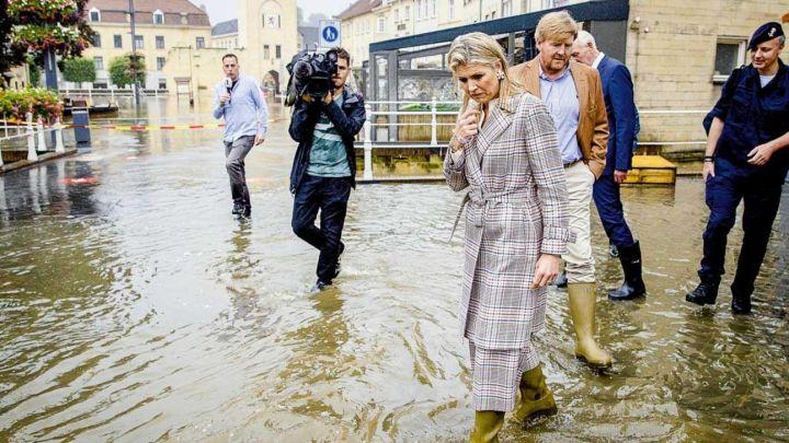 Entre lágrimas: Máxima Zorreguieta recorrió las ciudades inundadas de Holanda