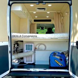 Al fondo del camper se encuentra el dormitorio, equipado con una cómoda cama matrimonial.