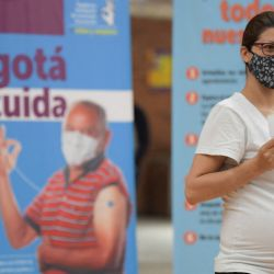 Una mujer embarazada muestra la tarjeta de vacunación después de recibir una dosis de la vacuna Pfizer-BioNTech contra el COVID-19 en un centro de vacunación en Bogotá. | Foto:Raúl Arboleda / AFP