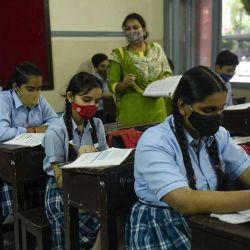 Los alumnos asisten a su clase dentro de una escuela después de que las autoridades relajaran las normas de cierre y reabrieran las instituciones educativas en Amritsar. | Foto:Narinder Nanu / AFP
