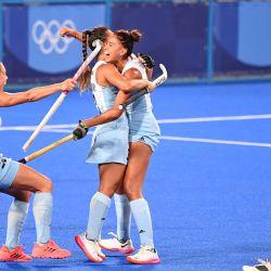 La argentina Valentina Raposo Ruiz De Los Llanos celebra con sus compañeras de equipo después de marcar contra España durante su partido del grupo B femenino de la competición de hockey de los Juegos Olímpicos de Tokio 2020, en el Estadio de Hockey Oi en Tokio. | Foto:Luis Acosta / AFP
