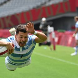 El argentino Lautaro Bazán Vélez marca un try en el partido de rugby a siete masculino del grupo A entre Australia y Argentina durante los Juegos Olímpicos de Tokio 2020 en el Estadio de Tokio. | Foto:Ben Stansall / AFP