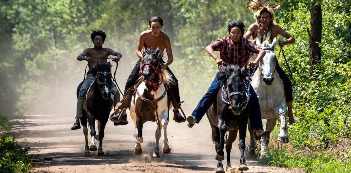 Miembros de la comunidad anishinaabe montan a caballo para asistir a una ceremonia de consagración del tótem celebrada por los talladores de la Casa de las Lágrimas en el camping de Shell City en Menahga, Minnesota.