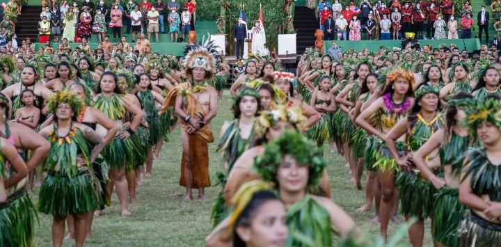 El presidente francés Emmanuel Macron observa cómo los bailarines tradicionales se preparan para dar un espectáculo para su visita a Atuona en Hiva Oa, la segunda isla más grande de las Islas Marquesas, Polinesia Francesa.