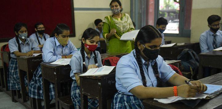 Los alumnos asisten a su clase dentro de una escuela después de que las autoridades relajaran las normas de cierre y reabrieran las instituciones educativas en Amritsar.