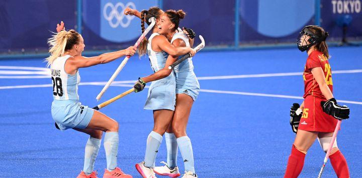 La argentina Valentina Raposo Ruiz De Los Llanos celebra con sus compañeras de equipo después de marcar contra España durante su partido del grupo B femenino de la competición de hockey de los Juegos Olímpicos de Tokio 2020, en el Estadio de Hockey Oi en Tokio.