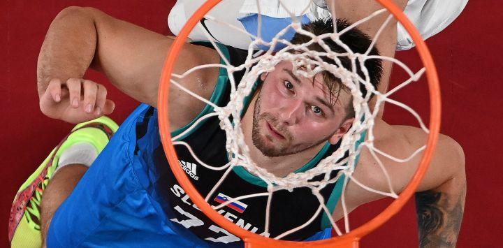 El esloveno Luka Doncic lucha por un rebote durante el partido de básquet masculino de la ronda preliminar del grupo C entre Argentina y Eslovenia de los Juegos Olímpicos de Tokio 2020 en el Saitama Super Arena en Saitama