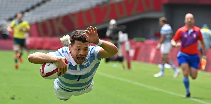 El argentino Lautaro Bazán Vélez marca un try en el partido de rugby a siete masculino del grupo A entre Australia y Argentina durante los Juegos Olímpicos de Tokio 2020 en el Estadio de Tokio.
