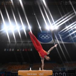 El chino Jingyuan Zou compite en la prueba de caballo con arzones de la clasificación masculina de gimnasia artística durante los Juegos Olímpicos de Tokio 2020 en el Centro de Gimnasia Ariake en Tokio.   Foto:Loic Venance / AFP