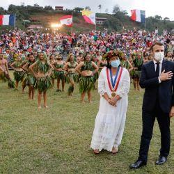 El presidente de Francia, Emmanuel Macron y la alcaldesa de Hiva Oa, Joëlle Frebault, asisten a una ceremonia de bienvenida durante su visita a Atuona en Hiva Oa, la segunda isla más grande de las Islas Marquesas, en la Polinesia Francesa.   Foto:Ludovic Marin / AFP
