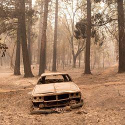 Vehículos quemados descansan en un vecindario carbonizado durante el incendio Dixie en el vecindario de Indian Falls del condado de Plumas, California.   Foto:Josh Edelson / AFP